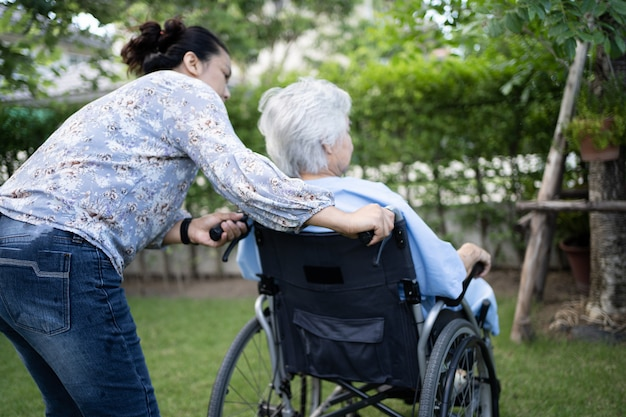 Mulher idosa ásia usa banheiro com segurança no hospital