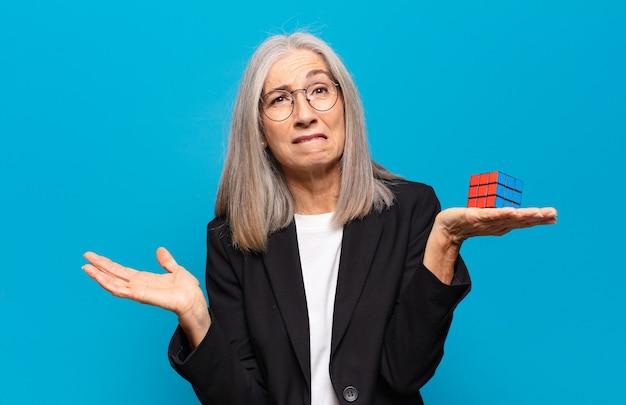 Mulher idosa bonita com um desafio de inteligência