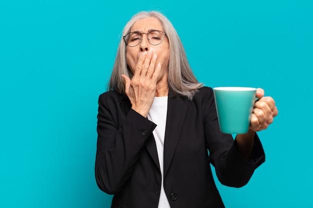 Mulher idosa bonita com uma xícara de café