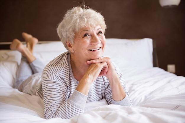 Mulher idosa bonita e relaxada