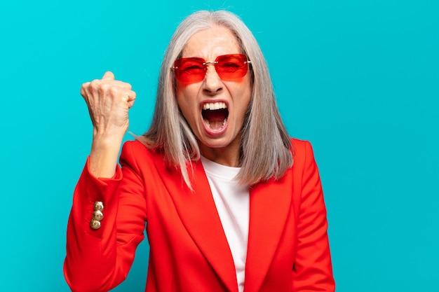Mulher idosa bonita expressando raiva