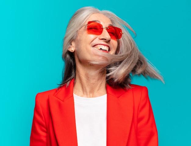 Mulher idosa bonita expressando um conceito