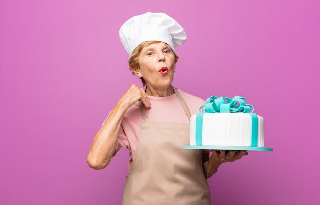 Mulher idosa bonita padeiro sênior