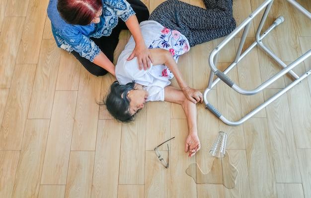 Mulher idosa caindo em casa, ataque à lareira.