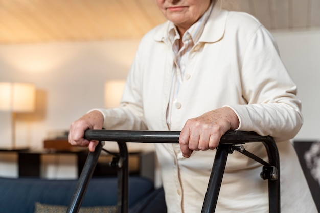 Mulher idosa casual em casa