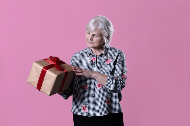 Mulher idosa com caixa presente