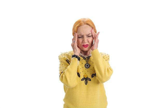 Mulher idosa com dor de cabeça isolada senhora chateada com problemas de olhos fechados com pressão intracraniana