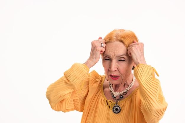 Mulher idosa com dor de cabeça isolada senhora tocando a cabeça aumento da pressão intracraniana