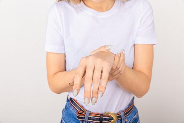 Mulher idosa com dor, fraqueza e formigamento no pulso. as causas de dor incluem osteoartrite, artrite reumatóide, gota ou entorse de pulso. conceito de saúde