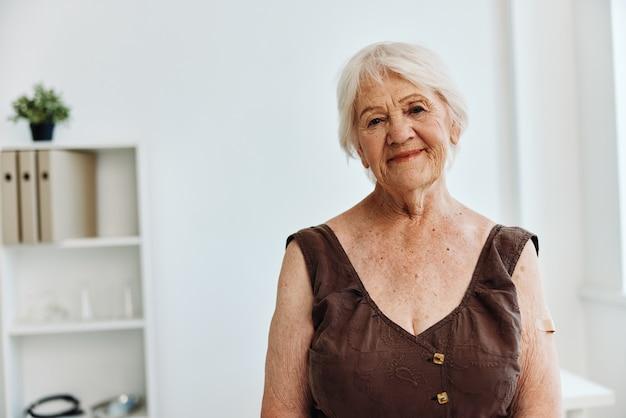 Mulher idosa com gesso no braço passaporte seguro imunização seguro