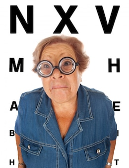 Mulher idosa com mesa para exame oftalmológico