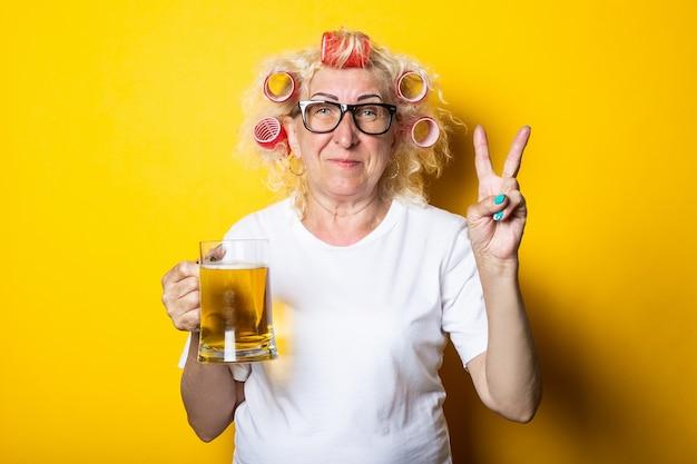Mulher idosa com rolos no cabelo