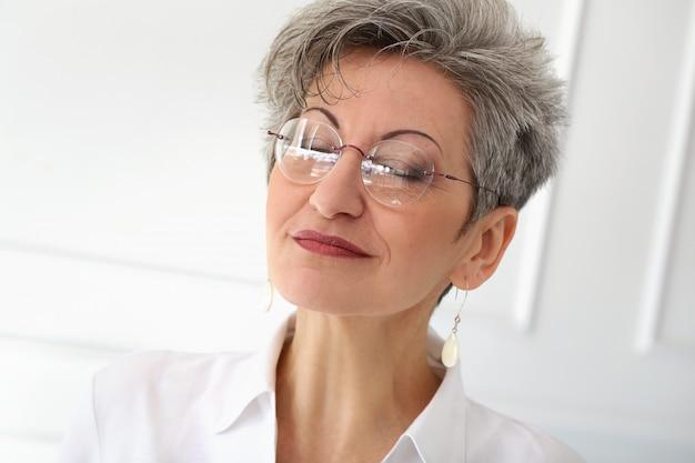 Mulher idosa com sorriso no rosto