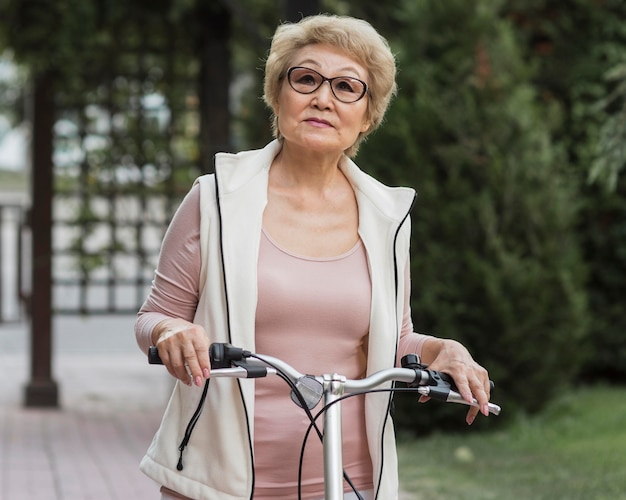 Mulher idosa com tiro médio com bicicleta