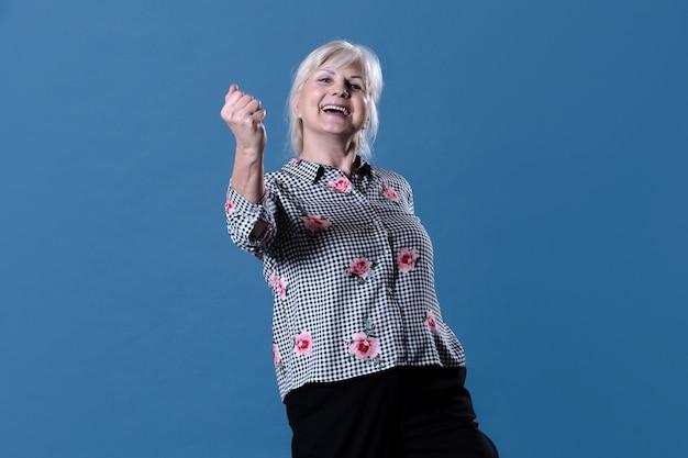 Mulher idosa comemorando