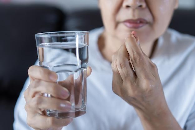 Mulher idosa, comer, droga medicina, comer, saudável, medicina