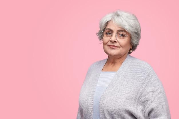 Mulher idosa confiante de óculos