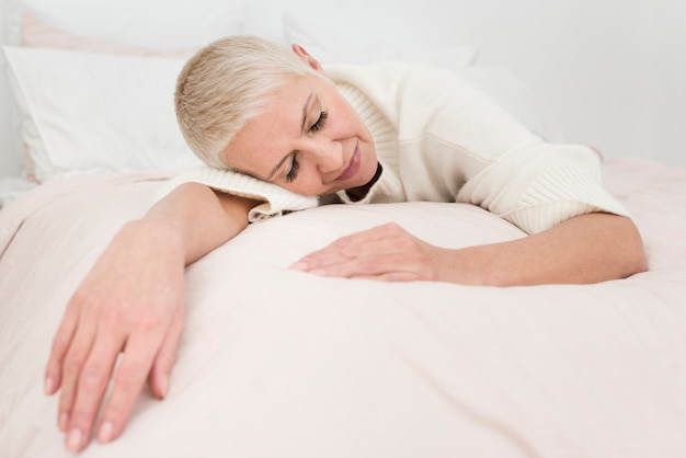 Mulher idosa descansando na cama