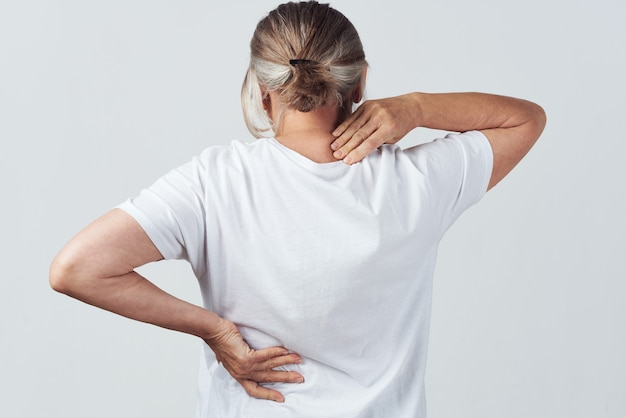 Mulher idosa dor nas costas visão traseira dos problemas de saúde