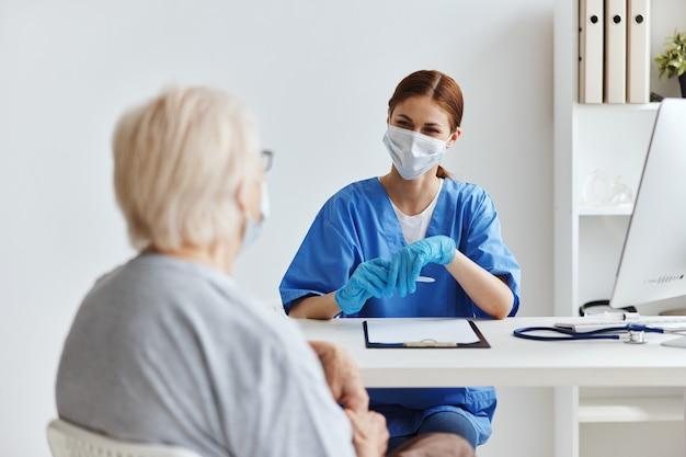 Mulher idosa e exame médico