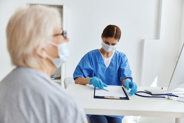 Mulher idosa e médico hospital visitam consultório médico