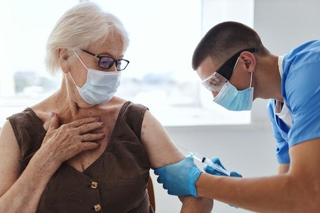 Mulher idosa e passaporte para pandemia covid-19 de vacinação do médico. foto de alta qualidade