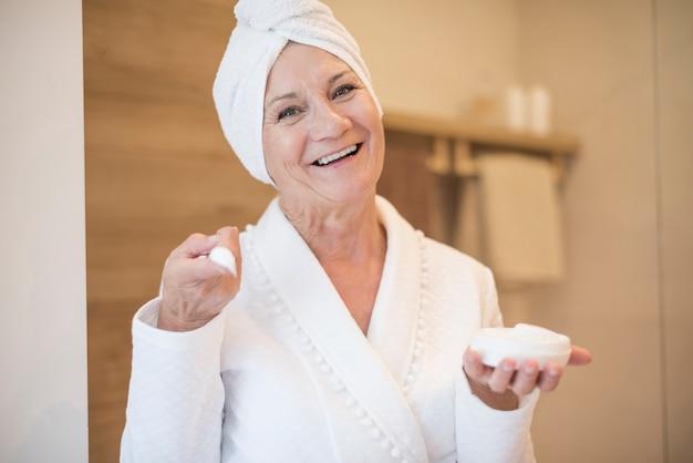 Mulher idosa e sua rotina noturna