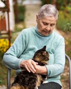Mulher idosa em casa de repouso com gato