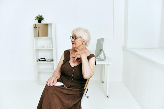 Mulher idosa em clínica secreta de imunização com passaporte seguro