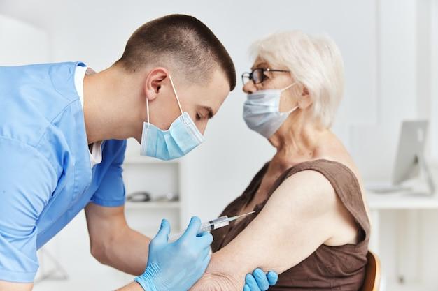 Mulher idosa em hospital com passaporte de vacina pandêmica coronavírus