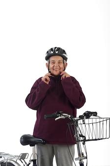 Mulher idosa em uma bicicleta em um fundo branco