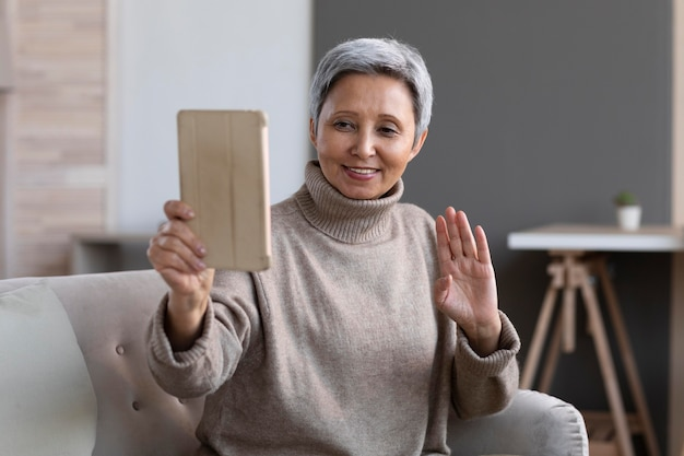 Mulher idosa em videoconferência