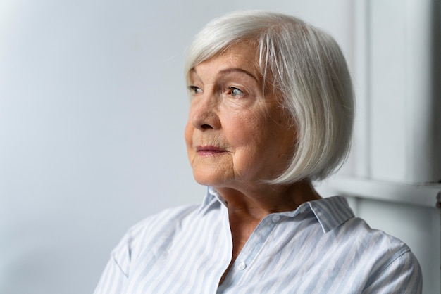 Mulher idosa enfrentando doença de alzheimer