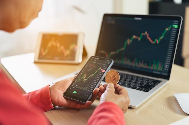Mulher idosa está verificando a tabela de preços do bitcoin na bolsa digital no smartphone