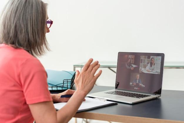 Mulher idosa fazendo uma videochamada no laptop em casa Foto Premium