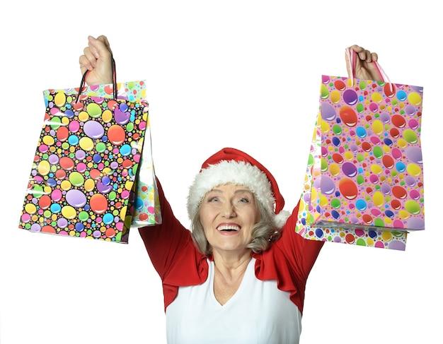 Mulher idosa feliz com sacolas de compras e cartão de crédito
