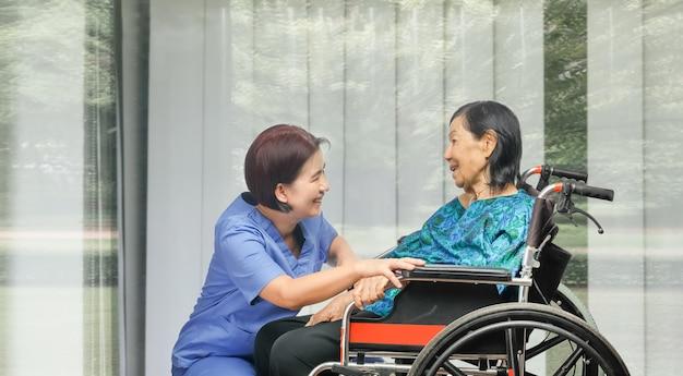 Mulher idosa feliz conversando com cuidador