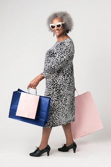 Mulher idosa feliz em uma maratona de compras