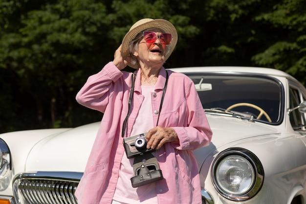 Mulher idosa feliz viajando sozinha de carro
