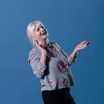 Mulher idosa feliz