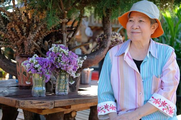 Mulher idosa idosa asiática idosa relaxante descansando na varanda do terraço. estilo de vida de lazer sênior