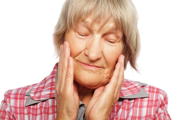 Mulher idosa isolada em fundo branco