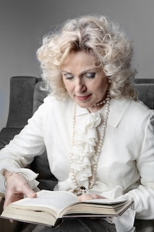 Mulher idosa, lendo um livro