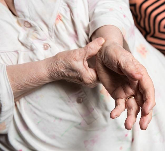Mulher idosa medindo o pulso em casa