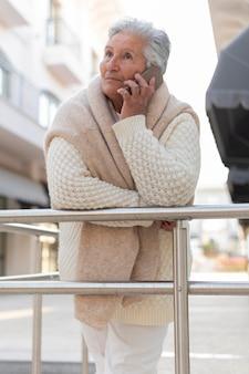 Mulher idosa moderna morando na cidade