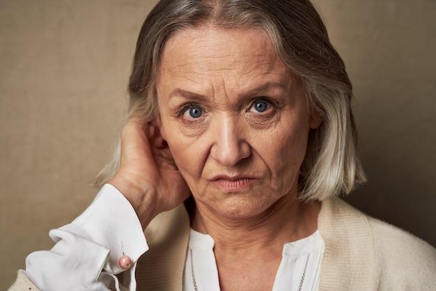 Mulher idosa posando em estúdio de moda em close-up