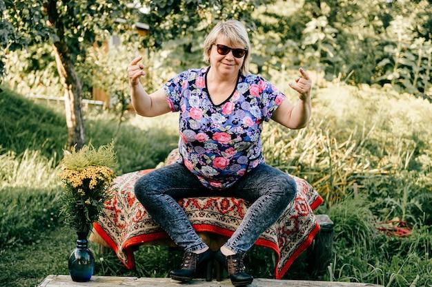 Mulher idosa posando no campo