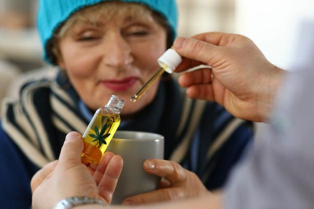Mulher idosa recebe gotas sedativas do médico.