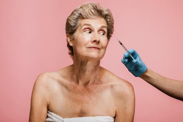 Mulher idosa recebendo uma injeção de botox