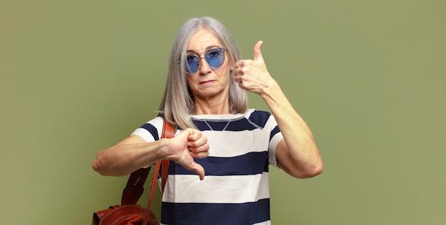 Mulher idosa se sentindo confusa, sem noção e insegura, avaliando o que há de bom e de ruim em diferentes opções ou escolhas